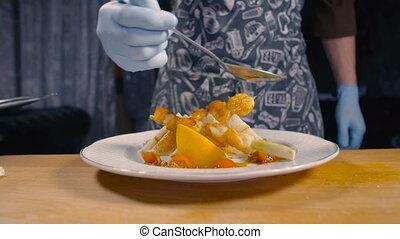 chef cuistot, plat, décore, crevette