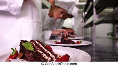 chefs, pl, équipe, garnishing, dessert
