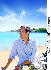 chemise bleue, vacances, regarder, mer, plage, homme