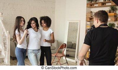 chemise, photographer., filles, poser, devant, derrièrede la scène, blanc