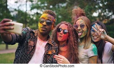 cheveux, coloré, amis, utilisation, élégant, technologie, selfie, moderne, filles, jeune, faces, excité, rire., sauter, prendre, smartphone, fête, types, concept., homme