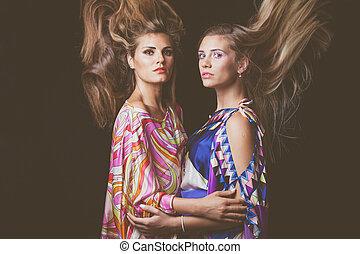 cheveux façonnent, beauté, deux, jeune, mouvement, portrait, blond, femmes