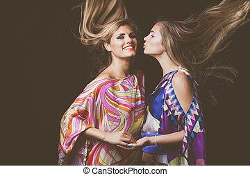 cheveux façonnent, beauté, deux, long, jeune, mouvement, portrait, blond, femmes