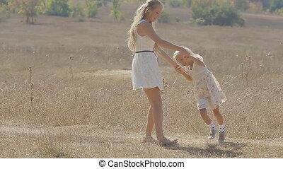 cheveux, peu, lent, fille, milieu, virages, jeune, long, mouvement, champ, blonds, mère