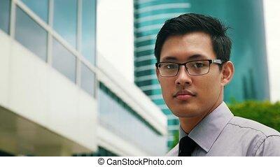 chinois, bureau, dehors, gratte-ciel, homme affaires, portrait, sourire