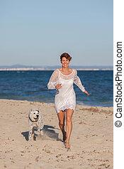 chouchou, courant, femme, plage, chien