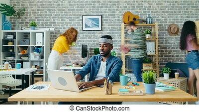 chronocinématographie, américain, ouvrier, ordinateur portable, fait zoom, utilisation, travail bureau, homme, africaine