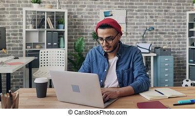 chronocinématographie, collègues, occupé, autour de, bureau, ordinateur portable, quoique, utilisation, type, dépêcher