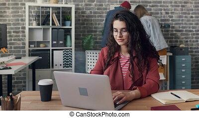 chronocinématographie, femme, salle, bureau, occupé, utilisation, jeune, informatique, dactylographie, partagé