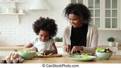 cinq, élevé, africaine, ensemble, donner, fille, maman, cuisine, heureux
