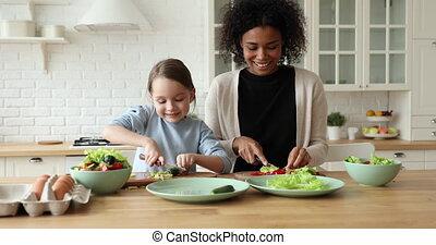 cinq, élevé, maman, gai, cuisine, fille, donner, mélangé-race
