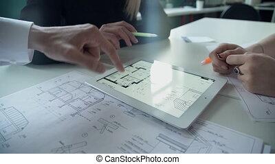 circuit, tablette, maison, trois, membres, blanc, personnel, discuter, salle