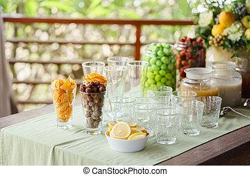 citron, collations, côté, verre vide, table, slices., servi