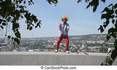 city., rigolote, contre, parapet, mime, tambourine., fou, danse, toile de fond, mouvement, clown