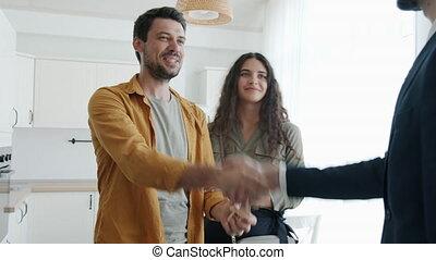 clã©, secousse, étreindre, obtenir, propriété, vrai, heureux, courtier, mains, maison achat, couple, mariés