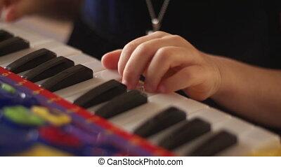clés, enfant joue, main