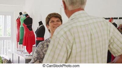 cla, dépenser, heureux, caucasien, ensemble, danse salle bal, avant, couples aînés, leur, temps, socialising