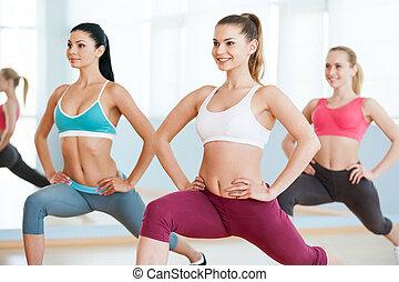 class., belles filles, trois, ensemble, jeune, aérobic, sourire, vêtements de sport, exercisme, femmes