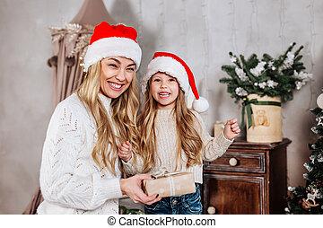claus, heureux, dons, noël, portrait, santa chapeau, maison famille