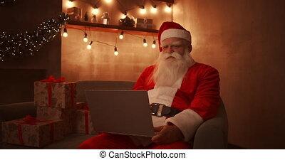 claus, ordinateur portable, santa, email, sofa, enfants, maison, fond, noël., responds, fonctionnement, séance