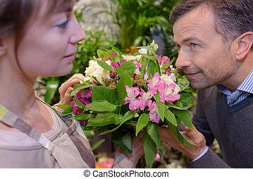 client, bouquet, fleurs, sentir