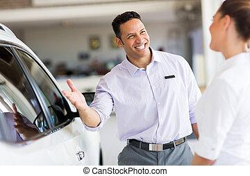 client, salle exposition voiture, vente, vendeur