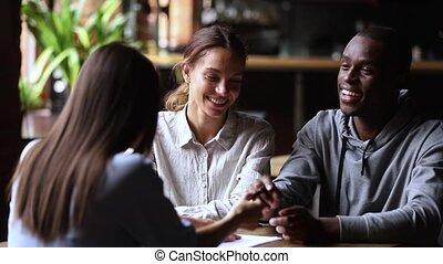 clients, couple, prêt, poignée main, contrat, signe, interracial, agent, investissement, heureux