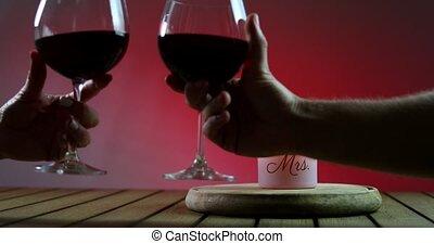 clinks, gagner, couple, cheers., platform., deux, glasses., bois, bougie, rouges, lunettes