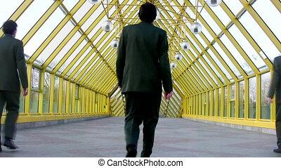 clones, pont, derrière, hommes affaires, marcher