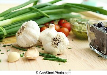 clous girofle, oignon ail, tomates