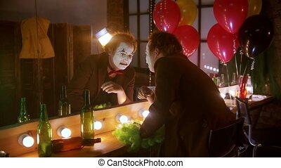 clown, triste, miroir, devant, pleurer, homme