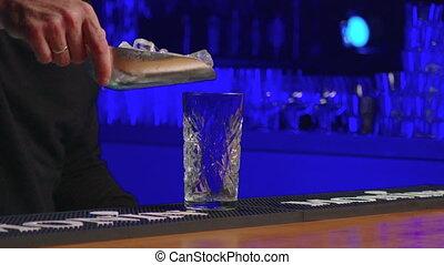 cocktail, verser, haut, avant, barman, professionnel, backlight., boisson, expérimenté, boisson, drink., fin, créer, alcool, barman, servir, verre, -, concept, authentique, bleu, nourriture