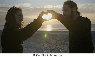 coeur, adolescent, têtes, couple, leur, forme, coucher soleil, confection, plage, avant