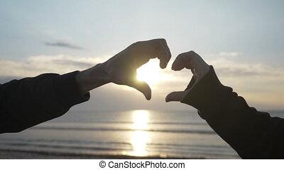 coeur, amants, haut, motion main, forme, lent, deux, fin, confection, plage, levers de soleil
