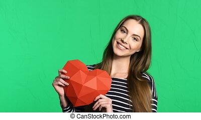 coeur, femme, polygonal, forme, papier, tenue, sourire, rouges