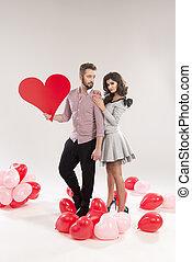 coeur, formulaire, couple, jeune, signe, tenue, sourire, caucasien, rouges