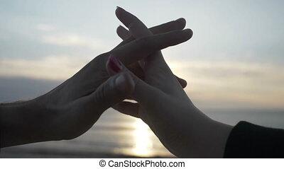 coeur, lent, silhouette, intérieur, mouvement, forme, coucher soleil, tenant mains, confection, plage