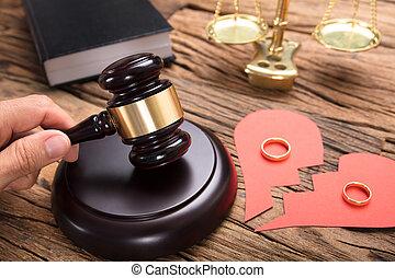 coeur, maillet, anneaux, frapper, cassé, papier, juge