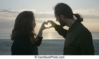 coeur, mains, alors, soleil, couple, moderne, forme, regarder, leur, quoique, coucher soleil, romantiquement, confection, apprécier, plage, baisers