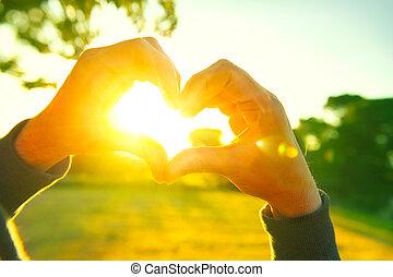 coeur, silhouette, nature, soleil, sur, personne, forme, coucher soleil, arrière-plan., mains, confection, intérieur