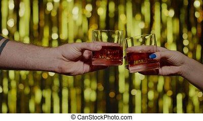 cognac, mains, lunettes, deux, cubes, confection, toast, célébrer, bonne disposition, élévation, glace, whisky