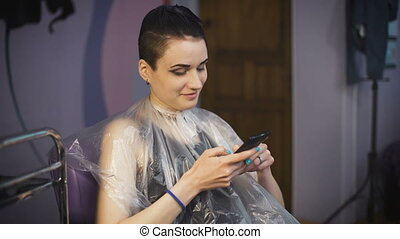 coiffure, concept, gens, beauté, -, jeune femme, smartphone., heureux