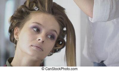 coiffure, femme, doué, beauté, assis, salon., styliste
