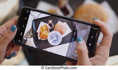 cola., touriste, brunch, femme, frites, girl, prendre, hamburger, nourriture, images, déjeuner, ou, téléphone, vue, temps, jeûne, utilisation, avoir, sommet, cafe.