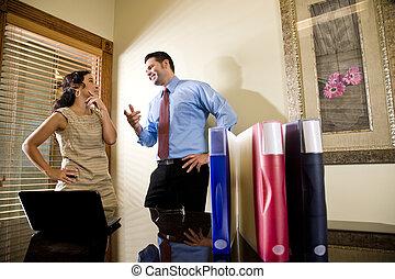 collègue, bureau, hispanique, ouvrier, conversation, mâle