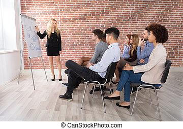 collègue, donner, présentation, elle, femme affaires