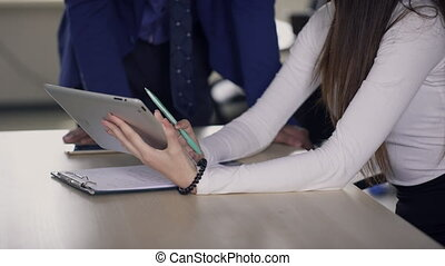 collègue, expliquer, femme, work., tablette, détails, mains