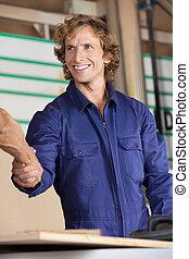 collègue, heureux, secousse, charpentier, mains