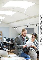 collègue, homme affaires, documents, discuter