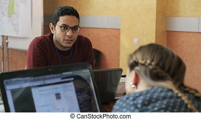 collègue, sien, lunettes, type, pourparlers, élégant, arabe, amical